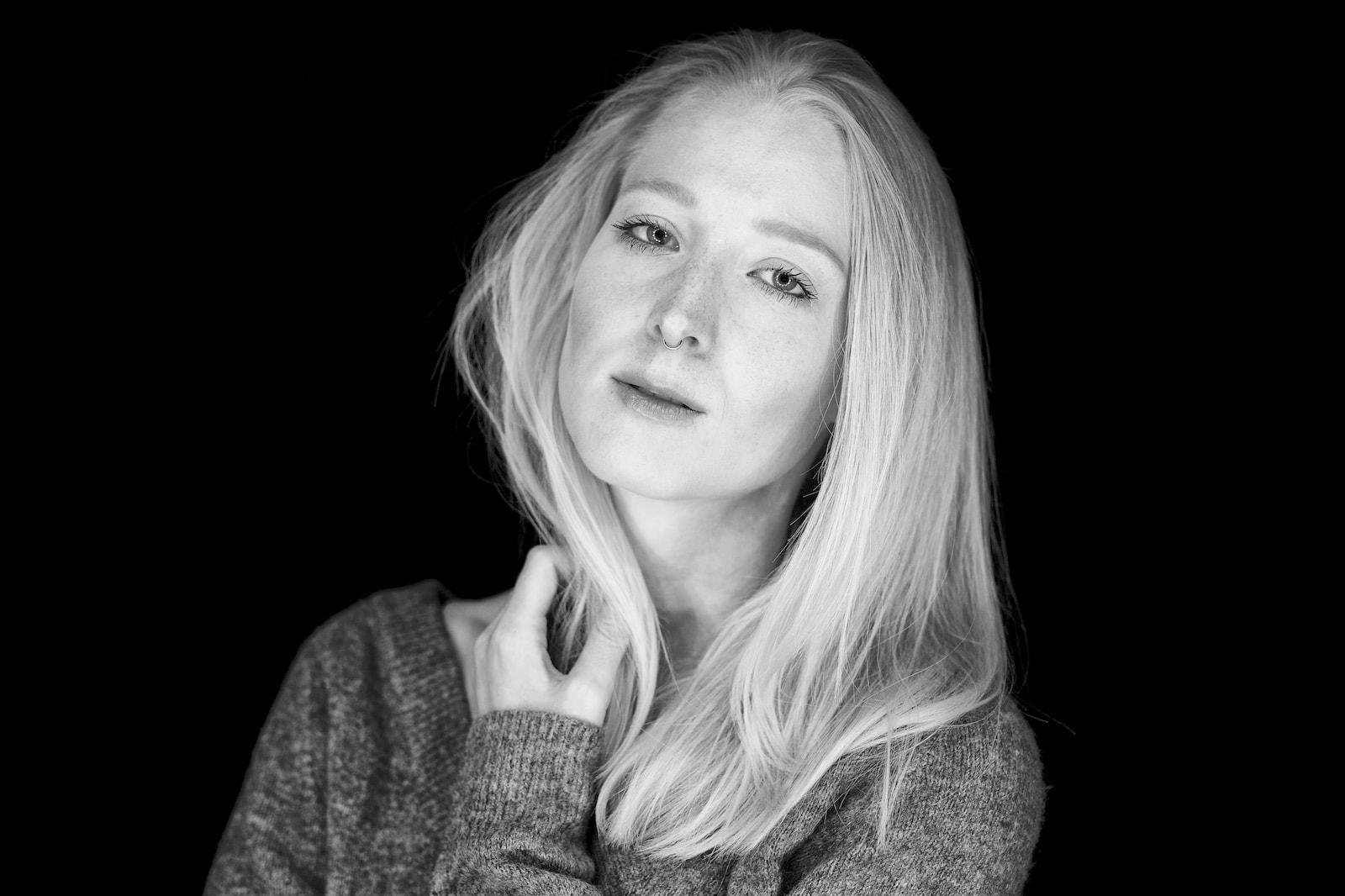 Denise Portrait in schwarz weiß