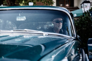 Moderator mit Sonnenbrille in Buick, US Carshow