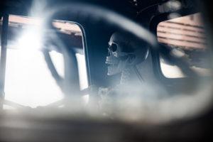 Skelett auf Beifahrersitz