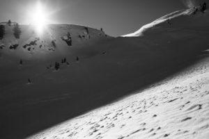 Schneehang schwarz weiß